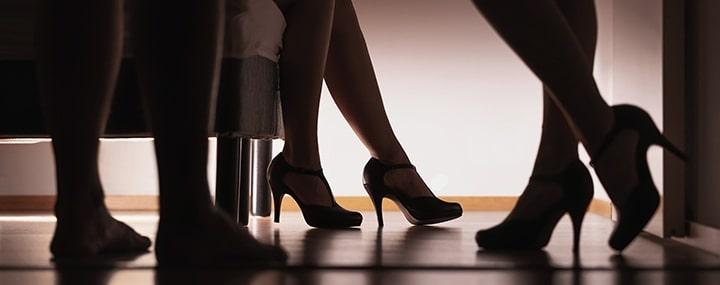 vue des jambes de 3 personnes dans une chambre